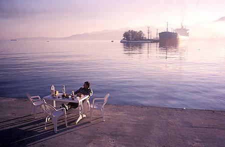 ©Николай Игнатьев. «Завтрак на берегу Черного Моря, Батуми, Грузия»