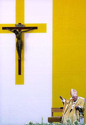 Папа Римский Иоанн Павел II, во время мессы в Дубровнике, Хорватия, 6 Июня 2003. © Maxim Marmur/AFP