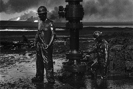 © Sebastiao Salgado. Рабочие монтируют устье скважины, чтобы сделать возможным ввод химикатов. Большой Бурхан, Кувейт, 1991
