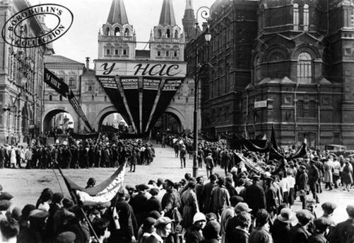 ©Иван Шагин. ««У нас и у них». Москва, 1 мая 1927»