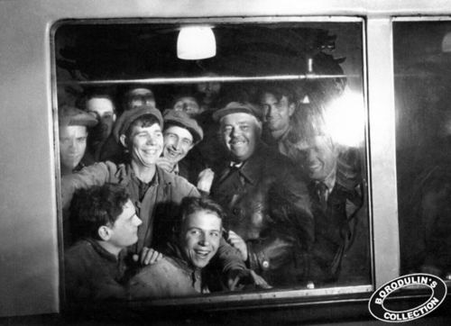 ©Иван Шагин. «Первые пассажиры — строители метро. Москва, 1935»