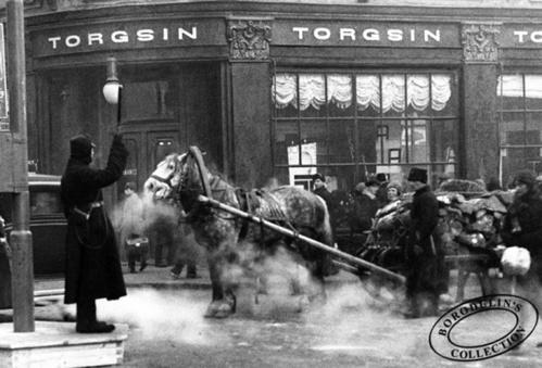 ©Иван Шагин. «Первый регулировщик в Москве. 1930»