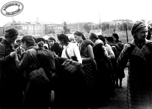 ©Иван Шагин. «Девушки, постарайтесь вернуться назад. 1941»