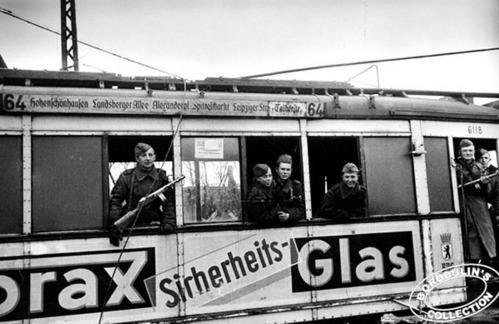 ©Иван Шагин. «Первые пассажиры трамвая. Берлин, 1945»