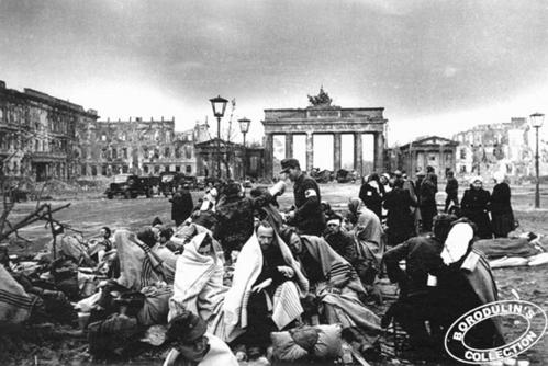 ©Иван Шагин. «У Бранденбургских ворот Берлина. 1945»