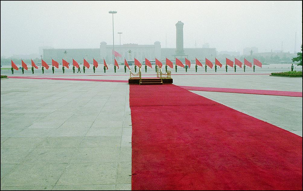 Артем Чернов. Артем Чернов. Флагоносцы на Тяньанмень, Пекин, Китай, 2000