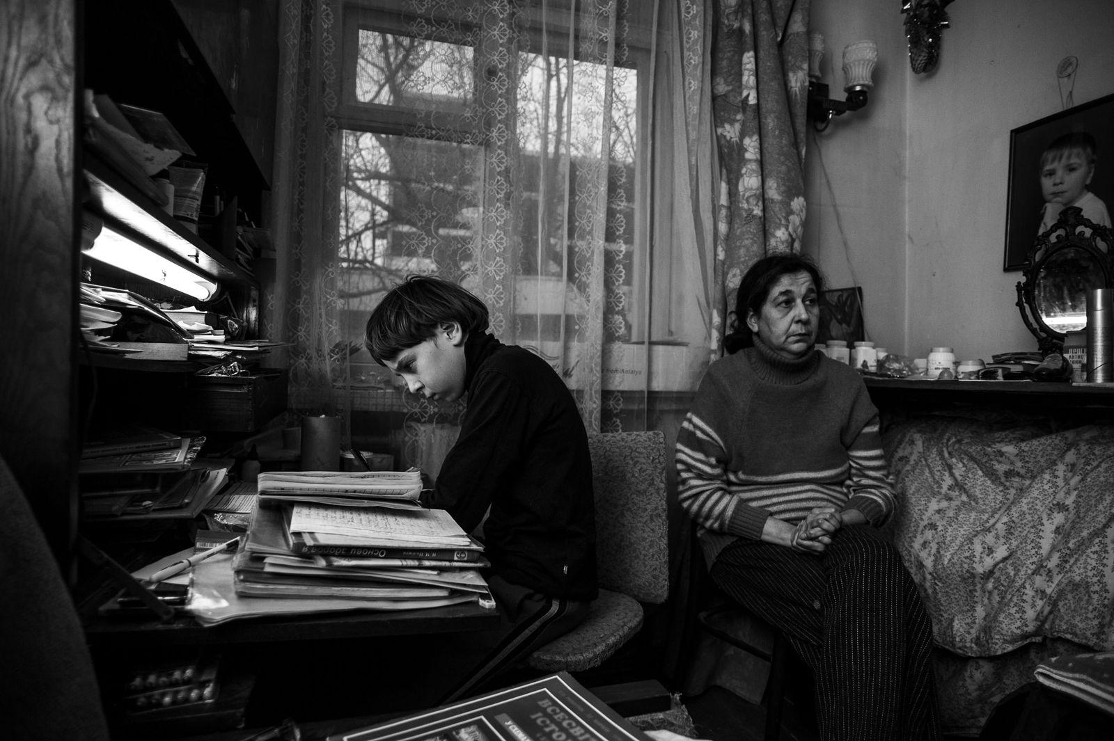 Arik Shraga. Ukraine. Kherson. Sasha and his mom